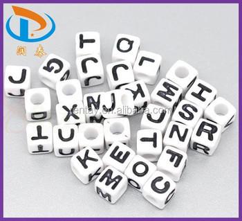 7de584aa42a5 Hotsale 7 7mm cubo blanco con negro letras de acrílico alfabeto cuentas  pulsera de Niños