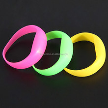 Factory custom green silicone bracelet / glow in dark silicone wrist band