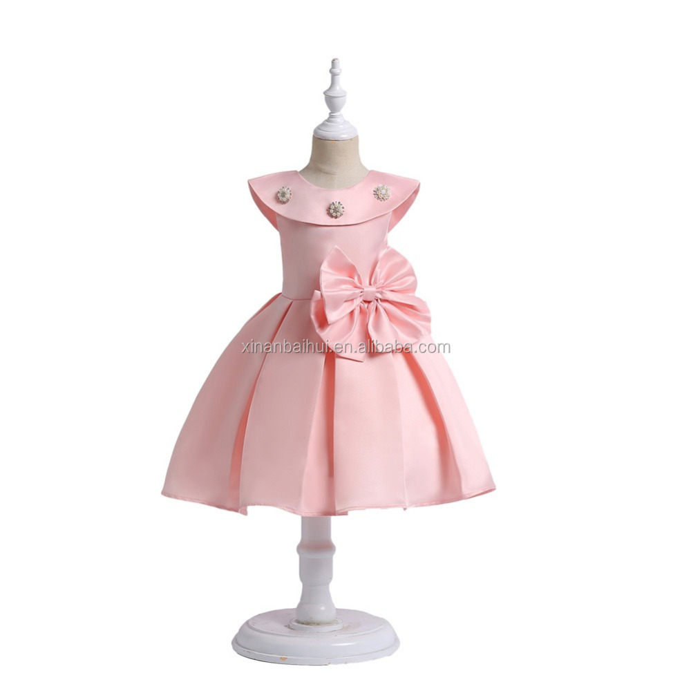 Estilo occidental de la muchacha vestido de dama elegante pequeña ...