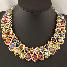 Extravagantný náhrdelník s farebnými kamienkami