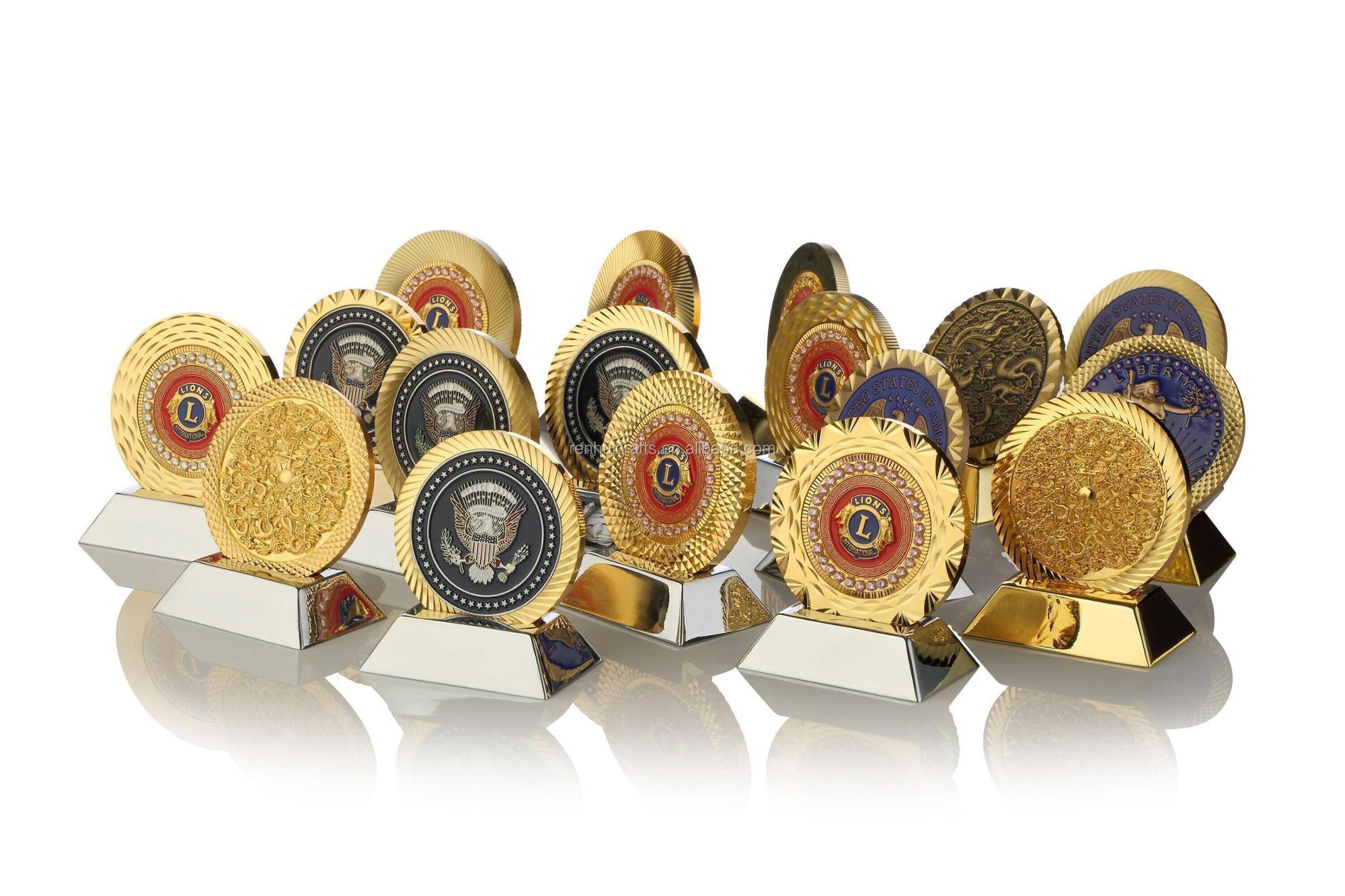 Miễn phí mẫu Mới Nhất Cung Cấp Nhượng Bộ Chất Lượng Cao Men Bán Buôn Tùy Chỉnh Vàng Kim Loại Vui Ve Áo Pin