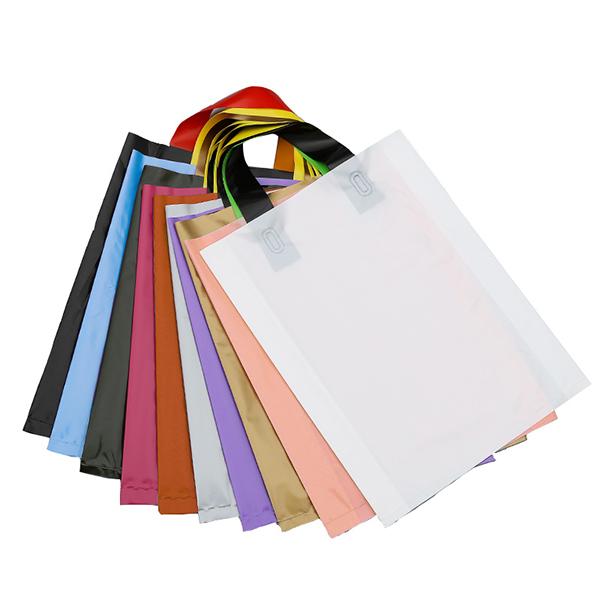 โลโก้ที่กำหนดเองราคาถูกพิมพ์ที่มีสีสันช้อปปิ้งเสื้อผ้าบรรจุภัณฑ์ถุงพลาสติกที่มีด้ามจับ