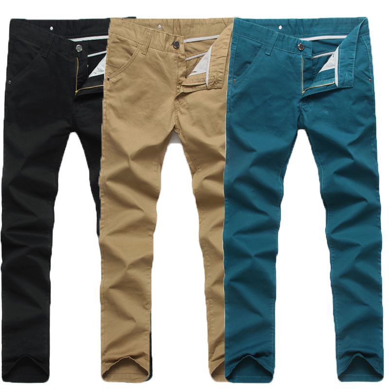 Men's casual trousers made of linen best work with a casual T-shirt and low top sneakers. Men's cotton trousers are best worn with a pair of casual shoes or slip-on sandals for a more relaxed look.