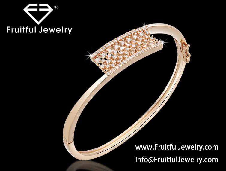 High quality fashionable smooth open alloy bracelet with diamonds
