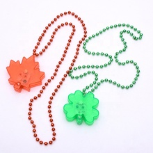 Mardi Gras Manik-manik LED Berkedip Kalung Menyala Di Dark Light Up Shamrock Kalung Daun Maple Bintang Kalung
