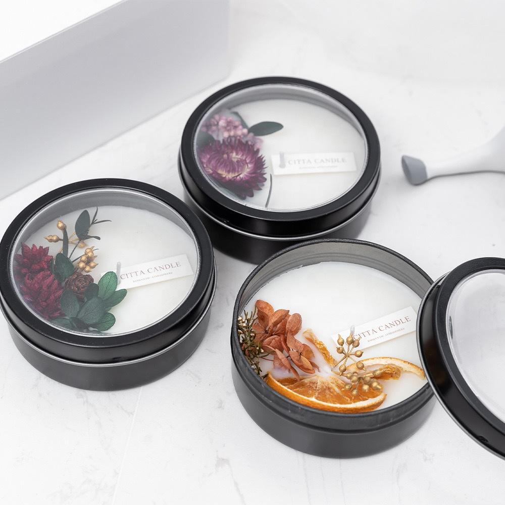 Orgánica seca las plantas y las flores, caja de la lata de velas de la transparencia cubierta con etiqueta privada
