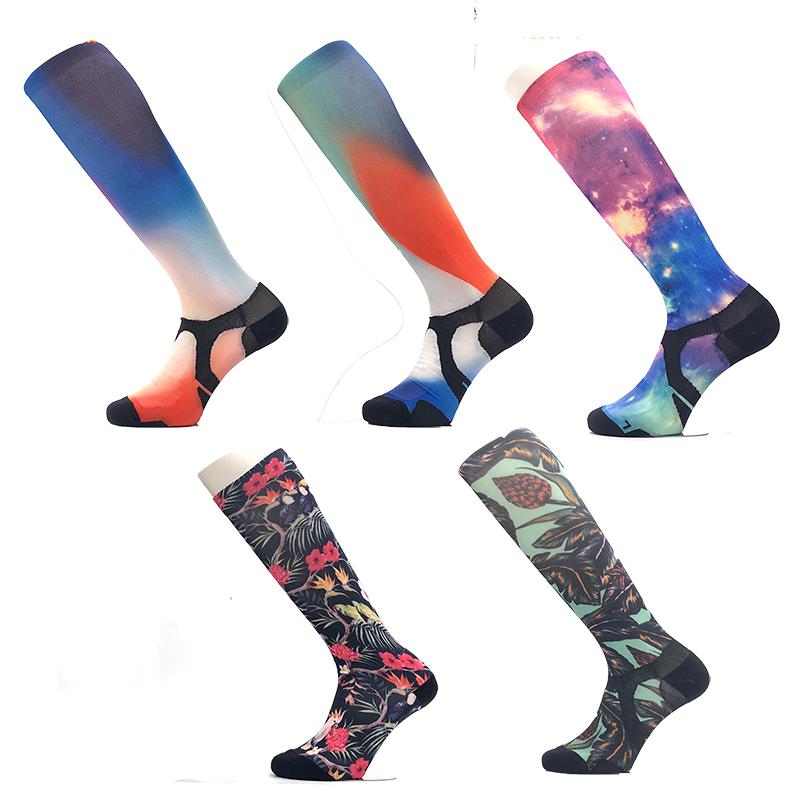 OEM пользовательские печатных полиэстер бамбуковое волокно Бег Велоспорт Спортивные цветные модные до колена длинные бамбуковые носки