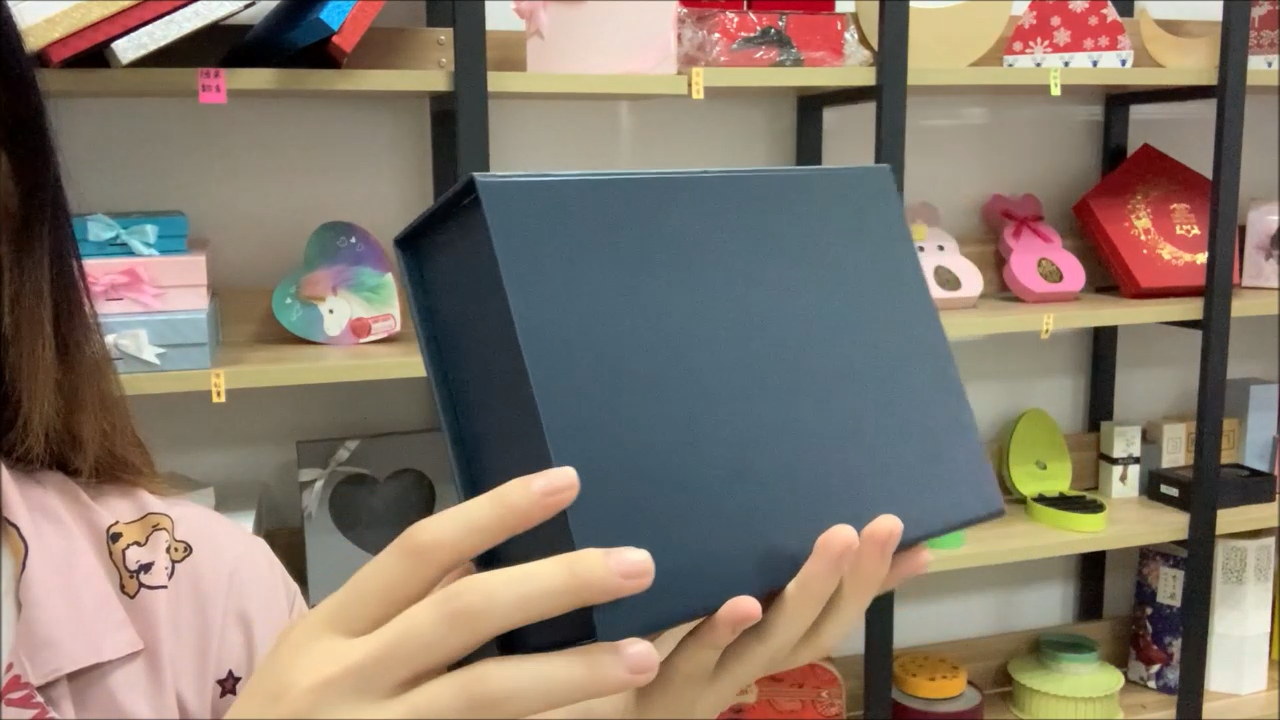 Custom small MOQ deep blue magnetic closure foldable gift box in stock