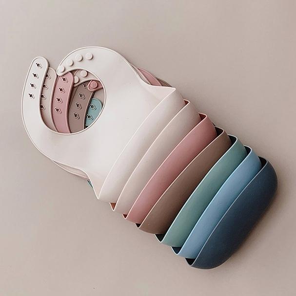 BHD personalizado libre de BPA FDA grado alimenticio impermeable toallitas fácilmente limpiar colector de migajas diseño Baberos de silicona para bebé niña y niño