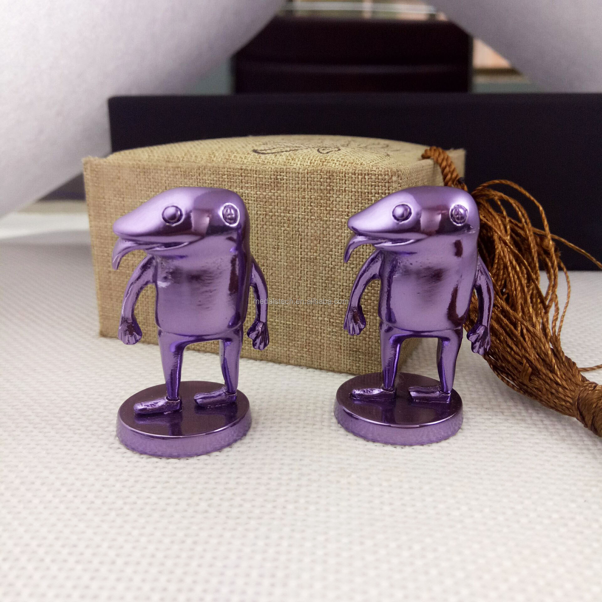 New arrival unique purple plating zinc alloy sculpture figure for souvenir