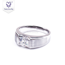 Yadis Foreverone 라운드 컷 <span class=keywords><strong>Moissanite</strong></span> <span class=keywords><strong>다이아몬드</strong></span> 남자 반지 1 캐럿 <span class=keywords><strong>다이아몬드</strong></span> 반지 가격 약혼 반지 디자인