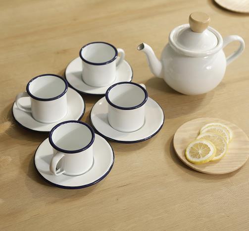 EIN tee-sets ist eine teekanne und vier tassen emaille tee und kaffee sets