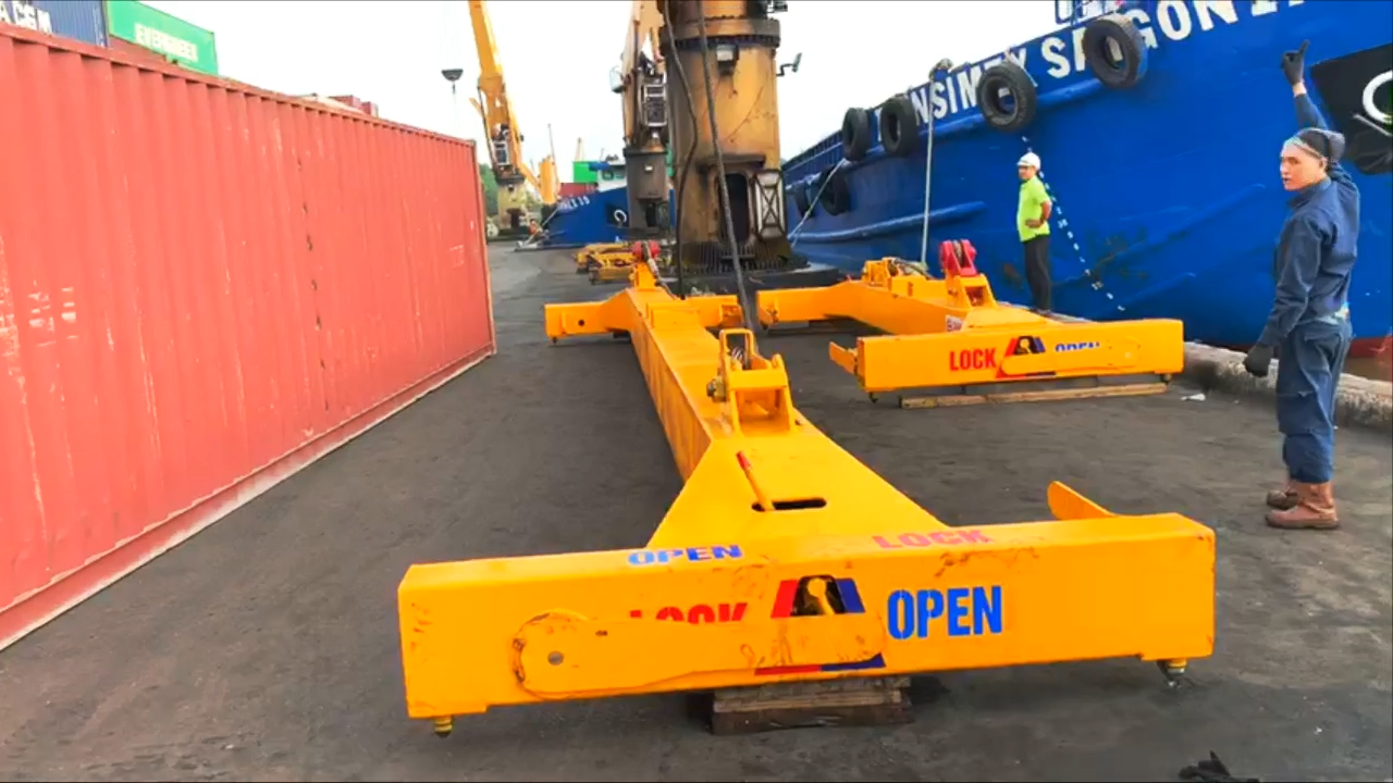 Container spreader used for loading and unloading container 40ft
