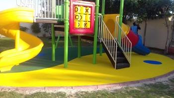 Pavimento In Gomma Per Bambini : I bambini giocano zona pavimenti parco giochi pavimenti pavimento