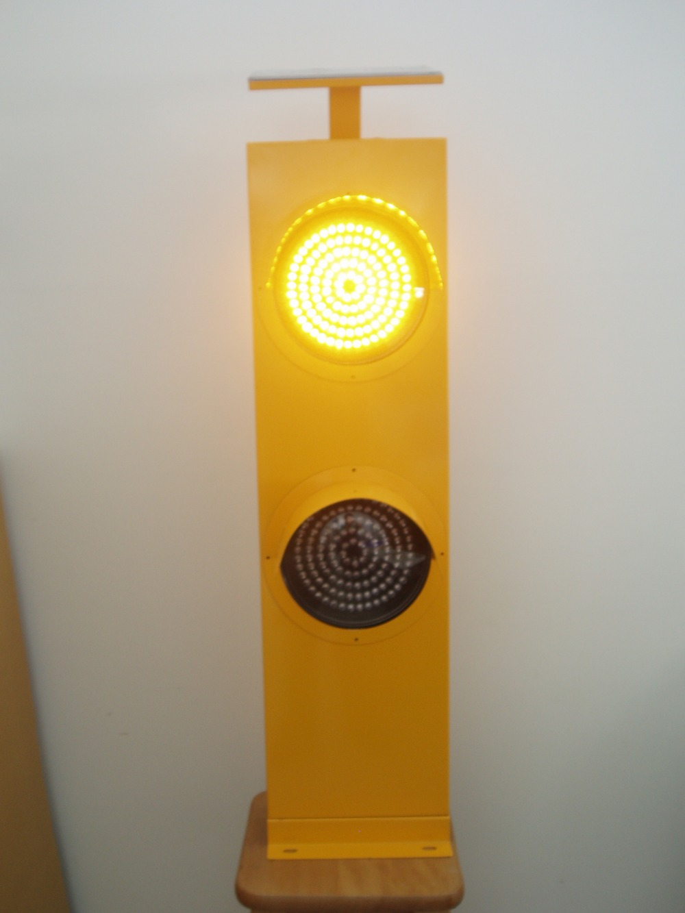 Yellow Led Traffic Signal Light With Double Lens Solar Energy Led ...
