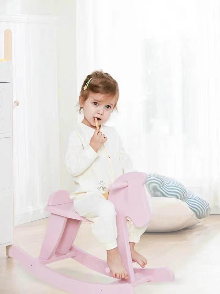ベビーロッキング馬のおもちゃ木製子供ロッキング馬バランスおもちゃ白とピンクの色